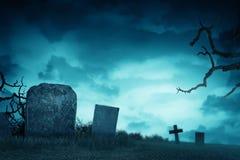 Griezelige atmosfeer in de begraafplaats met grafsteen stock illustratie
