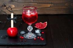 Griezelige bloedige cocktail en rode karamelappel Traditioneel dessert en drankrecept voor Halloween-partij Selectieve nadruk Exe Stock Foto's