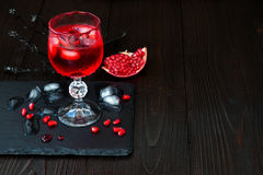 Griezelige bloedige cocktail Traditioneel drankrecept voor Halloween-partij Stock Fotografie
