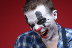 Griezelige Clown Portrait op Rode Achtergrond Royalty-vrije Stock Afbeelding