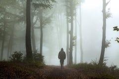 Griezelige donkere mens in het bos Stock Afbeeldingen