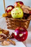 Griezelige en grappige monsters van appelen stock foto