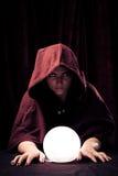 Griezelige Fortuinteller met Crystal Ball Royalty-vrije Stock Foto