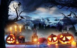 Griezelige Halloween-pompoenen op houten planken Stock Foto's