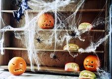 Griezelige Halloween-voorraadkast met pompoenlantaarns Stock Foto's