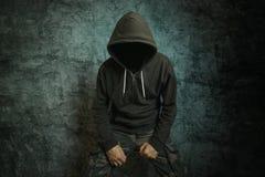 Griezelige kwade misdadige persoon met jasje met een kap Royalty-vrije Stock Fotografie
