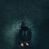 Griezelige kwade misdadige persoon met jasje oplossen het met een kap Royalty-vrije Stock Foto