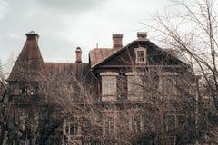 Griezelige oude Manor in bewolkt weer Sombere atmosfeer royalty-vrije stock fotografie