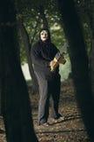 Griezelige seriemoordenaar met kettingzaag Stock Foto