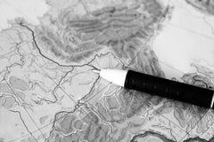 Griff auf dem gesetzten Reisenden der Weltkarte Stockfotos