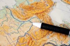 Griff auf dem gesetzten Reisenden der Weltkarte Stockbilder