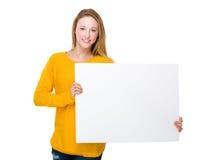 Griff der jungen Frau mit weißem Brett Stockbild