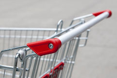 Griff vom Supermarkt-Einkaufswagen Stockfotos