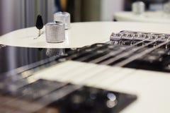 Griffe auf einer E-Gitarre, Teil einer E-Gitarre stockfotos