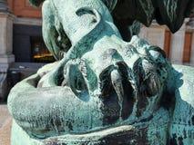 Griffe détaillée en bronze de lion au-dessus d'un serpent images libres de droits