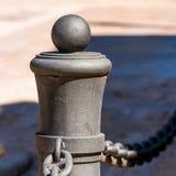 Griffel der Straße fechtend hergestellt vom Metall mit Kette, Tarragona, Spanien Nahaufnahme Stockbild