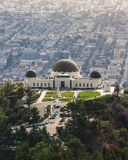Griffith Observatory met cityscape in achtergrond bij zonsondergang stock foto's