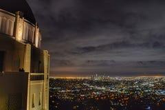 Griffith Observatory By Night - schwermütige Wolken lizenzfreie stockbilder