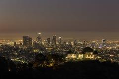 Griffith Observatory och i stadens centrum Los Angeles för gryning Royaltyfri Foto