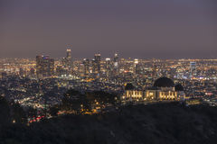 Griffith Park Observatory et nuit du centre de Los Angeles Photographie stock libre de droits