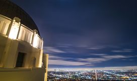 Griffith Park Observatory met de stadslichten van Los Angeles op de achtergrond stock afbeeldingen