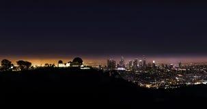 Griffith Park Observatory na noite com chefe Angeles no fundo imagens de stock royalty free