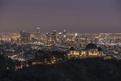 Griffith Park Observatory och i stadens centrum Los Angeles natt Royaltyfri Fotografi
