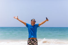 Griffmobiltelefon des jungen Mannes machen Foto der panoramischen Ansicht des Sommerstrandes See Lizenzfreies Stockfoto