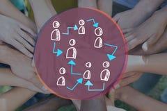 Griffonnage des icônes reliées de personnes contre des images des mains de peuples ensemble Photographie stock libre de droits