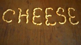 Griffonnages de fromage sur la table de chêne brun Images stock