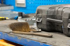 Griffsreinigungsbürstenwerkzeug auf Werkbank lizenzfreies stockbild