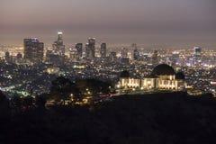 Grifith observatorium och i stadens centrum Los Angeles på gryning Arkivfoto