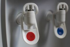 Grifo caliente y frío del dispensador del agua Foto de archivo