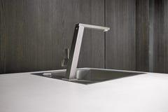 Grifo de acero para una cocina moderna fotos de archivo