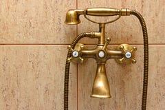 Grifo de bañera de la vendimia y baldosas cerámicas Imagen de archivo libre de regalías