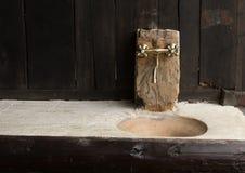 Grifo de Chrome y un fregadero en un decord de madera de una casa tradicional Foto de archivo