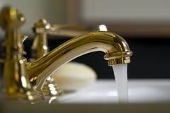 Grifo de cobre amarillo del cuarto de baño Imagen de archivo libre de regalías