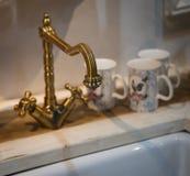 Grifo de cobre amarillo de la cocina del vintage Fotografía de archivo