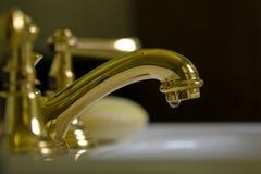 Grifo de cobre amarillo v10b del cuarto de baño Fotografía de archivo