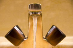 Grifo de la agua corriente imagenes de archivo