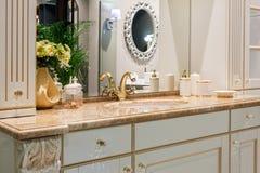 Grifo de oro retro en el nterior clásico del cuarto de baño retro del estilo fotos de archivo libres de regalías