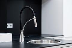 Grifo elegante moderno en la cocina del diseño Foto de archivo libre de regalías