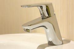Grifo moderno del cromo del cuarto de baño Fotografía de archivo libre de regalías