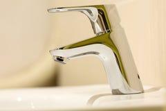 Grifo moderno del cromo del cuarto de baño Imagen de archivo libre de regalías