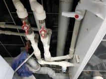 Grifo y conexión flexible para el abastecimiento de agua - agua del grifo foto de archivo libre de regalías