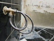 Grifo y conexión flexible para el abastecimiento de agua - agua del grifo imagen de archivo libre de regalías