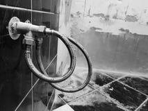 Grifo y conexión flexible para el abastecimiento de agua - agua del grifo foto de archivo