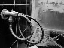 Grifo y conexión flexible para el abastecimiento de agua - agua del grifo fotografía de archivo