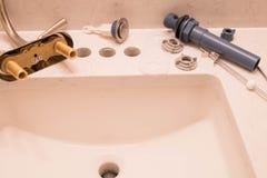 Grifo y dren del cuarto de baño listos para la instalación Imágenes de archivo libres de regalías