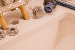 Grifo y dren del cuarto de baño listos para la instalación Imagen de archivo libre de regalías